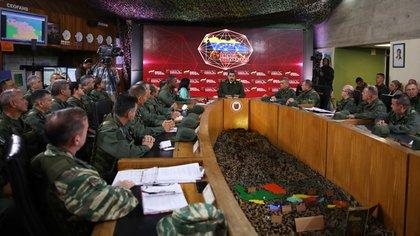 Nicolás Maduro, rodeado de autoridades militares en Caracas (MARCELO GARCIA / Venezuelan Presidency / AFP)