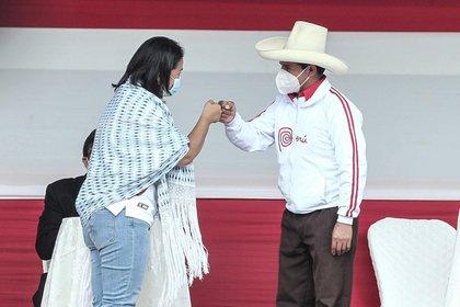 Los candidatos a la Presidencia de Perú Keiko Fujimori (i) y Pedro Castillo se saludan en un debate hoy, en la provincia norteña de Chota (Perú). EFE/Aldair Mejía