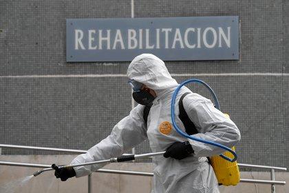 Trabajos de desinfección en un hospital de Gijon (Reuters)