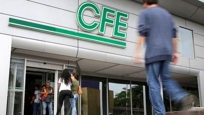El logotipo de la empresa de electricidad estatal de México conocida como la Comisión Federal de Electricidad (CFE), se ve en su oficina del edificio en Monterrey, México, 5 de noviembre de 2019. REUTERS / Daniel Becerril/ Foto de archivo
