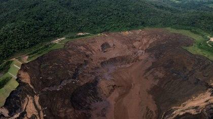 Hay más de 200 personas desaparecidas después de que cediera el dique de la minera Vale. (REUTERS/Washington Alves)