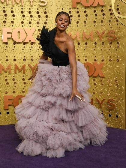 Con una falda vaporosa de tul, Laverne Coxllegó a la alfombra violeta de los Emmy Awards. Completando su look con la parte superior con un corsé negro. Completó el estilismo con un maxi anillo blanco y aros pequeños