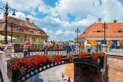 Una vez una rica ciudadela amurallada germánica, Sibiu, Rumania, todavía alberga muros del siglo XII (Shutterstock)