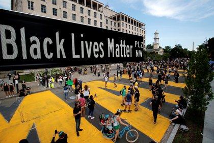Un letrero de la renombrada calle Black Lives Matter Plaza se ve cerca de la Iglesia Episcopal de St. John's el 5 de junio de 2020 (REUTERS/Carlos Barria)