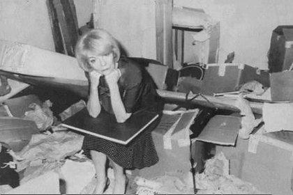 Isabel Perón en su departamento saqueado en Madrid. Una intrusión que coincidió con el robo de las manos de Perón