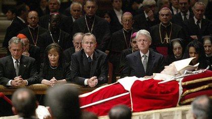 El entonces presidente de los EEUU, George W. Bush, la primera dama Laura Bush, los ex mandatarios George Bush (padre) y Bill Clinton y la secretaria de Estado Condoleezza Rice, rindiendo homenaje al papa Juan Pablo II en sus funerales en la Basílica de San Pedro. El Vaticano, 6 de abril de 2005 (REUTERS/Danilo Schiavella)
