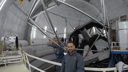 El argentino Lucas Paganini en el domo frente al telescopio que usaron para hacer el descubrimiento de vapor de agua en la luna de Júpiter, Europa. Los del Observatorio Keck están en el tercer puesto entre los telescopios ópticos más grandes del mundo. Paganini llegó a la NASA en 2010, luego de estar cinco años investigando en el Instituto Max Planck en Gotinga, Alemania. (NASA/Paganini)
