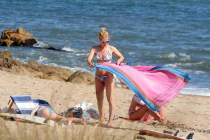 Valeria Mazza con su bikini con estampado floreado en las playas de Punta del Este junto a su familia (GM Press)