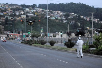 Un trabajador usa un dron para liberar desinfectante en una calle en Talcahuano, Chile. Marzo 21, 2020. (REUTERS/Jose Luis Saavedra)