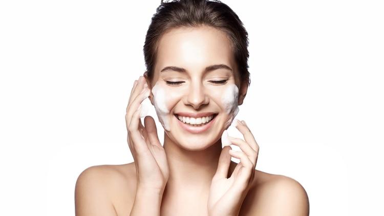 Antes de la aplicación de cualquier mascarilla, los expertos recomiendan limpiar bien la piel