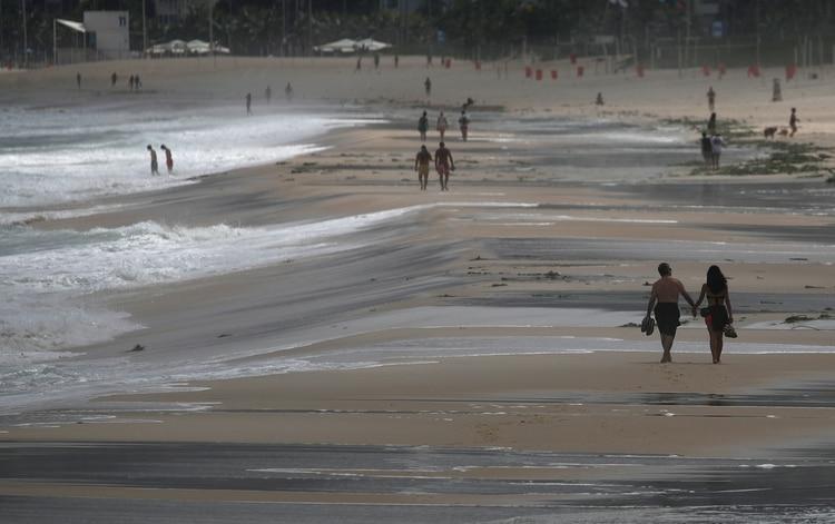 La playa de Ipanema, en Río de Janeiro, con mucho menos gente de la habitual para un domingo (REUTERS/Ricardo Moraes)