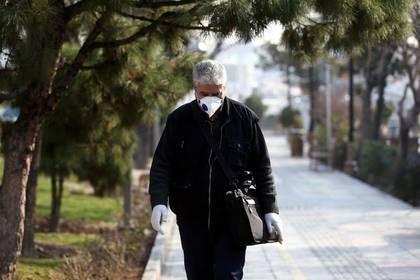Un hombre con mascarilla camina por una calle en Teherán, Irán, 29 febrero 2020. WANA (West Asia News Agency)/Nazanin Tabatabaee vía REUTERS ATENCIÓN EDITORES: IMAGEN PROVISTA POR TERCERO/FOTO DE ARCHIVO