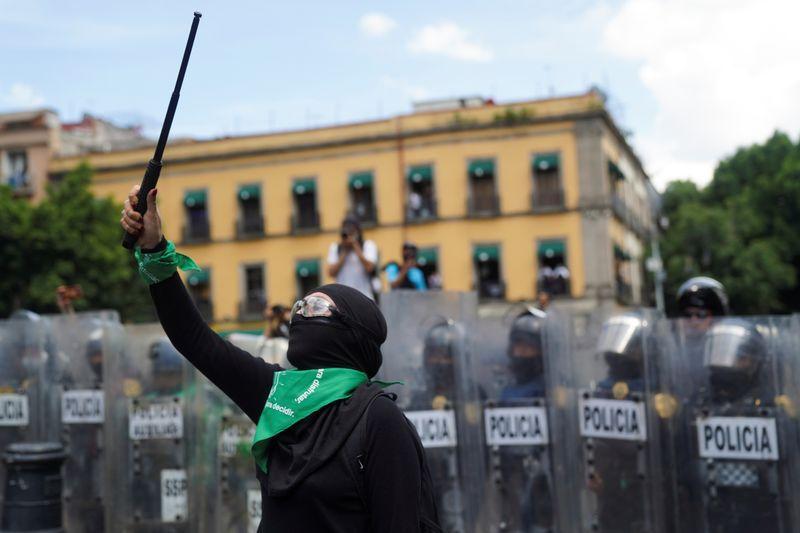 Una integrante de un colectivo feminista hace gestos cuando se enfrenta a agentes de policía durante una marcha para conmemorar el Día Internacional del Aborto Seguro en la Ciudad de México, México 28 de septiembre de 2020