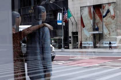 Maniquíes se ven dentro de una tienda de lujo cerrada en la 5ta Avenida, durante el brote de la enfermedad por coronavirus (COVID-19), en Manhattan, Nueva York, EEUU. 11 de mayo de 2020. REUTERS/Mike Segar.