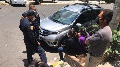 Oficiales dialogan con familiares de Luis, a quiénes prometieron justicia (Foto: Antonio San Juan/Infobae)
