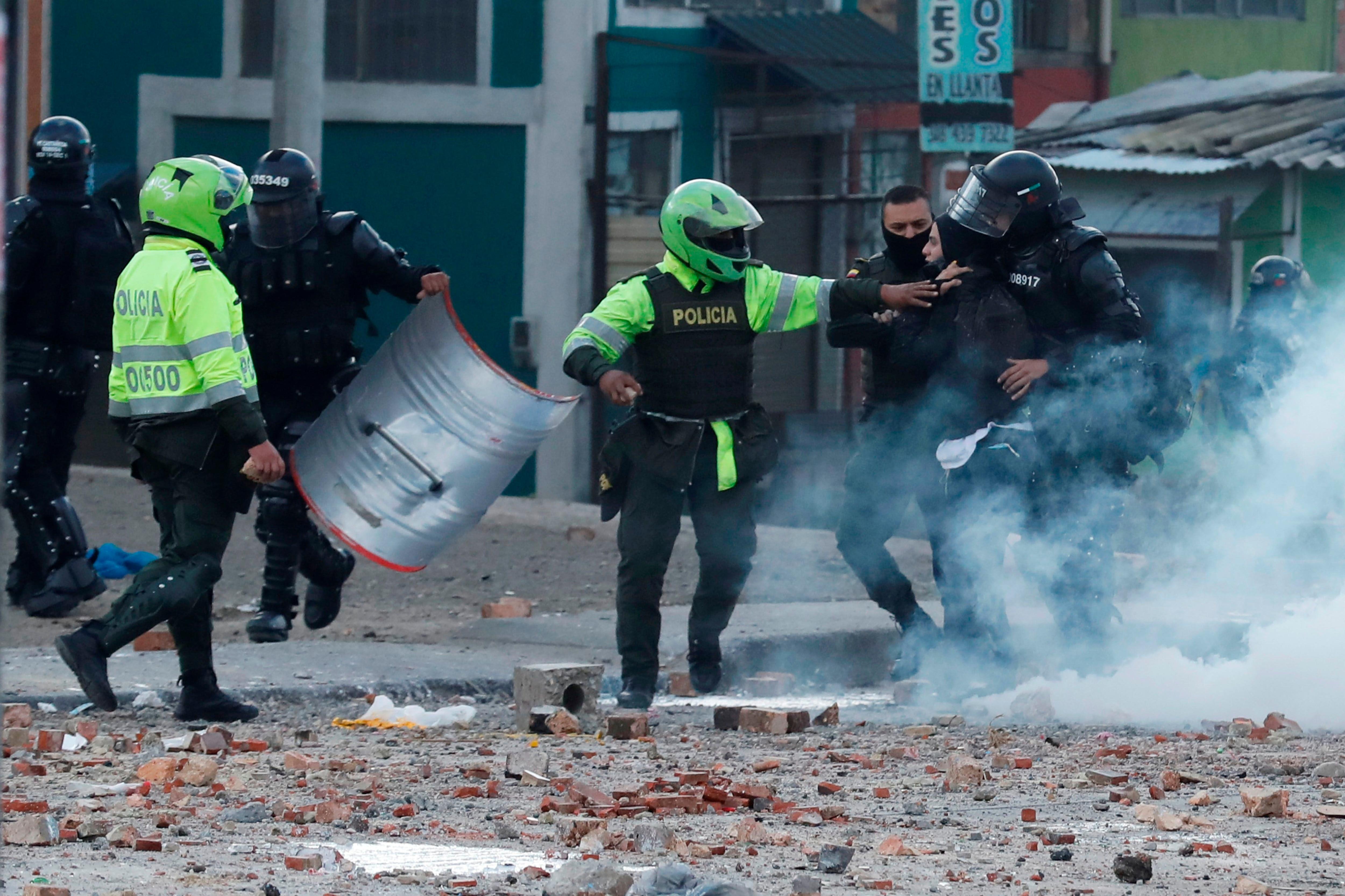 Miembros de la Policía retienen por la fuerza a un hombre en medio de los enfrentamientos entre manifestantes e integrantes del Escuadrón Móvil Antidisturbios (ESMAD), durante una jornada de protestas en el marco del Paro Nacional en Bogotá (Colombia). EFE/Mauricio Dueñas Castañeda/Archivo