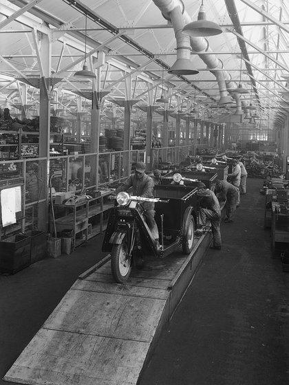 La línea de producción del Mazda-GO hacia 1946. (Mazda)