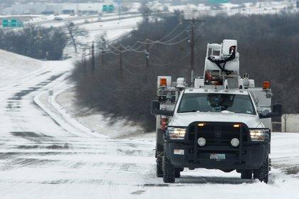 Un camión Oncor Power trabaja en Fort Worth, Texas, EE. UU., El 17 de febrero de 2021. EFE/EPA/Ralph Lauer