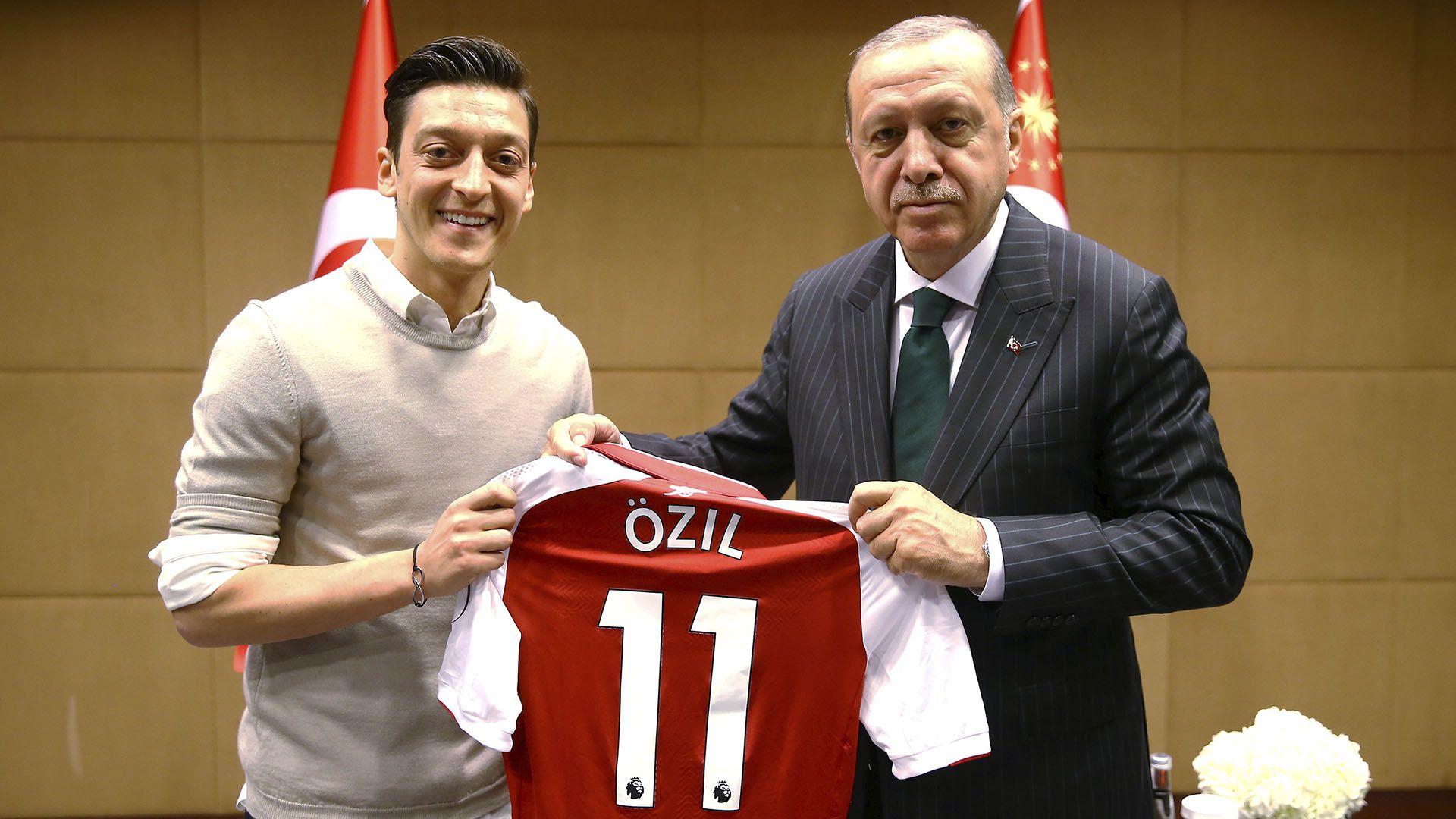 (Reuters) La foto en cuestión entre Ozil y Erdogan