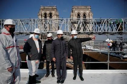 El presidente de Francia, Emmanuel Macron, durante su visita a la catedral de Notre Dame. París, Francia. 15 de abril de 2021. REUTERS/Benoit Tessier/Pool