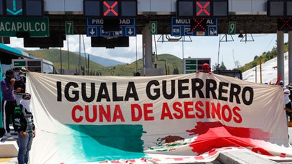 Un grupo de manifestantes protesta por la violencia en el estado de Guerrero  (Foto: Jorge López/ Reuters)