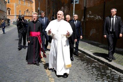 El Papa Francisco saluda a los miembros de los medios de comunicación después de dirigir una misa y la oración de Regina Coeli en la iglesia de Sassia sin participación pública debido a un brote de la enfermedad por coronavirus (COVID-19), en Roma, Italia, el 19 de abril. , 2020. (REUTERS / Remo Casilli / archivo)