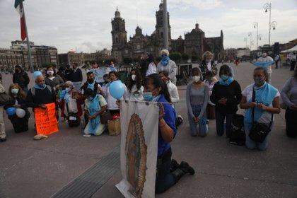Integrantes del frente nacional por la familia, protestan contra la despenalización del aborto este martes, el Zócalo de Ciudad de México (México). EFE/Sáshenka Gutiérrez