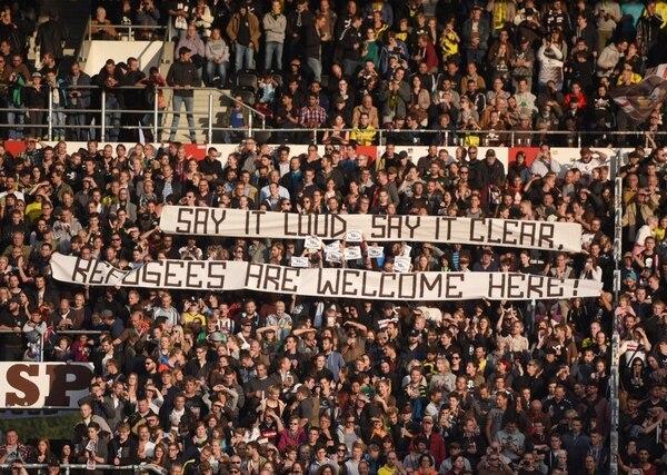 """""""Bienvenidos refugiados"""", esgrime una de las banderas dentro del estadio (AP)"""