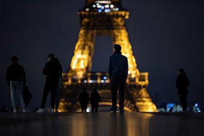 Avenidas desiertas, calles vacías, ocio cerrado. París es una ciudad apagada esta madrugada (EFE/EPA/IAN LANGSDON)