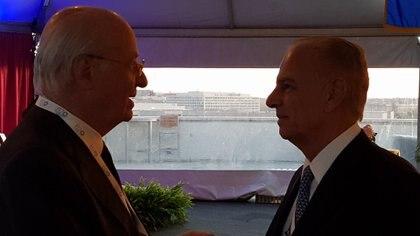 Paolo Rocca y Alejandro Bulgheroni dialogan en el cóctel de B20