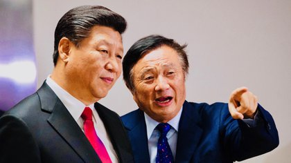 El fundador y CEO de Huawei, Ren Zhengfei (derecha) junto al jefe de estado chino, Xi Jinping. Los vínculos de la compañía de telecomunicaciones con el régimen son más que estrechos (PA Images)