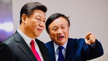 Ren Zhengfei (derecha), presidente de Huawei Technologies, muestra al jefe del régimen de China, Xi Jinping, las oficinas de la compañía en Londres en el segundo día de su visita de estado (PA)