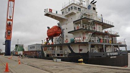Fotografía cedida por la Presidencia de Uruguay, fechada el 24 de julio de 2020, del barco de carga GF Paysandú en el departamento de Paysandú. EFE/ Presidencia Uruguay