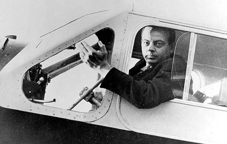 El 31 de julio de 1944 cuando el autor de El Principito, Antoine de Saint Exupéry, pilotaba un Lightning P-38 que fue alcanzado por las balas de un caza de la Luftwagge. Había nacido el 28 de junio de 1900 y cayó a los 43 años peleando contra los nazis