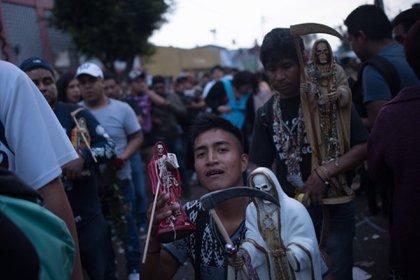 Según el Instituto Nacional de Antropología e Historia (INAH), el culto a la Santa Muerte se conoce hoy en día por sus rezos y la veneración a la imagen esquelética, a la que se podría pensar que fue adoptado en la cultura mexicana. (FOTO: PEDRO ANZA /CUARTOSCURO)