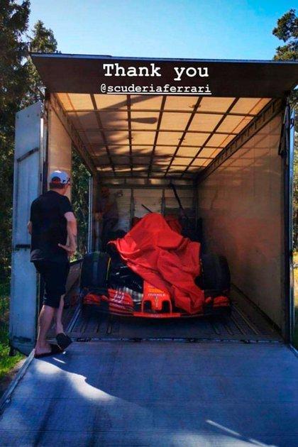 Su última Ferrari de Fórmula 1, la de 2018, que le regaló la Scuderia. Se la llevaron a su casa (@RaikkonenOficia).