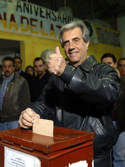 Tabaré Vázquez, presidente de Uruguay, vota durante las elecciones municipales el 08 de mayo de 2005 en Montevideo. El Frente Amplio es favorito para ganar, por cuarta vez consecutiva la Intendencia de Montevideo.  AFP PHOTO/ MIGUEL ROJO****