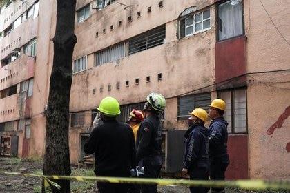 Imagen de archivo. Miembros de Protección Civil revisan un edificio de apartamentos de Ciudad de México dañado por un terremoto de magnitud 7.4 que golpeó la costa del Pacífico sur mexicano el martes 24 de junio de 2020. REUTERS / Henry Romero