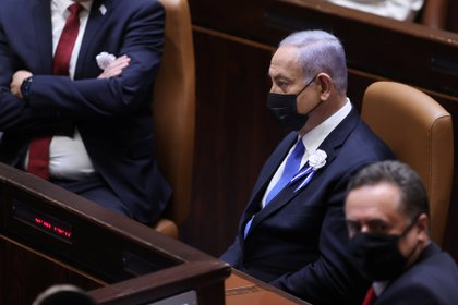 El primer ministro israelí, Benjamin Netanyahu, y el ministro de Finanzas, Israel Katz, en el Pleno durante la ceremonia de juramentación, en la Knesset, en Jerusalén, el 6 de abril de 2021. Alex Kolomoisky / Pool vía REUTERS