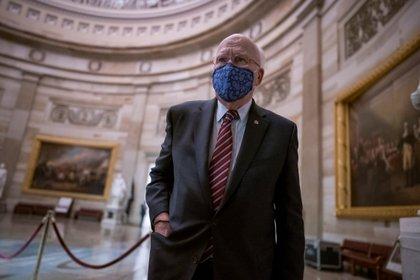 Le sénateur démocrate Patrick Leahy entre dans son bureau (J.Scott Applewhite / REUTERS)