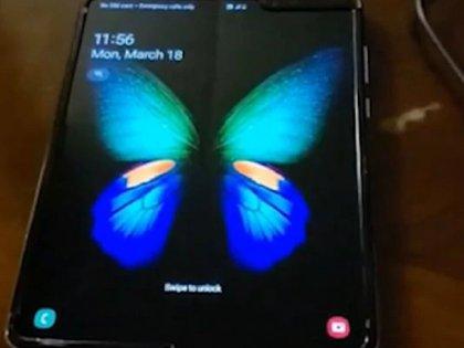 Un usuario publicó en su cuenta de Youtube posibles imperfecciones del primer celular de Samsung plegable (Foto: Youtube @phoneoftime)