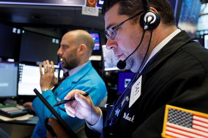 Agentes de bolsa trabajan en la Bolsa de Valores de Nueva York (Estados Unidos). EFE/ Justin Lane/Archivo
