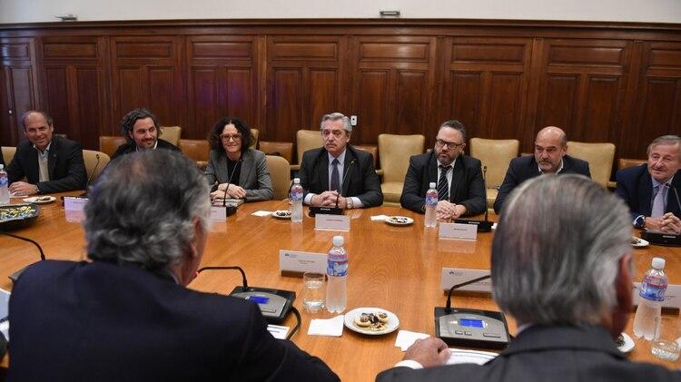 Alberto Fernández y su equipo, integrado por los economistas Matías Kulfas y Cecilia Todesca, en una reunión con autoridades de la UIA (Maximiliano Luna)