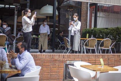 25/09/2020 Un grupo de personas en una cafetería de Bogotá, pocos días después de que las autoridades aprobaran la reapertura económica, tras cinco meses de confinamiento. POLITICA SUDAMÉRICA COLOMBIA LATINOAMÉRICA INTERNACIONAL DANIEL GARZON HERAZO / ZUMA PRESS / CONTACTOPHOTO