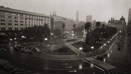 """El histórico fotógrafo presidencial recuerda cuando fotografió una de las rondas encabezadas por las Madres de Plaza de Mayo: """"Fue impresionante"""". Foto: Victor Bugge."""