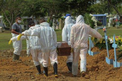 Un sepelio en el cementerio de Nossa Senhora Aparecida. (MARCIO JAMES / AFP)