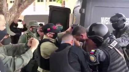 Una captura de video del arresto de uno de los acusado por la Operación Gedeón (REUTERS)