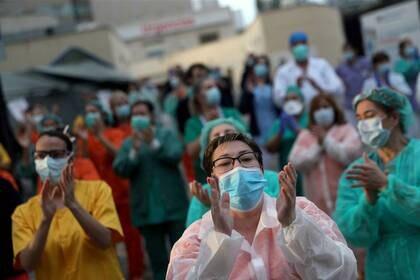 El personal médico del hospital Gregorio Marañón reacciona a los aplausos de los vecinos desde sus casas en apoyo a los trabajadores de la salud, en medio del brote de la enfermedad coronavirus (COVID-19), en Madrid, España, el 6 de abril de 2020. REUTERS/Susana Vera