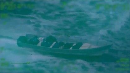 En un video compartido por la Marina es posible apreciar que dentro de la embarcación se encontraban al menos seis personas que viajaban junto con la droga. (Foto: SEMAR - captura de pantalla)