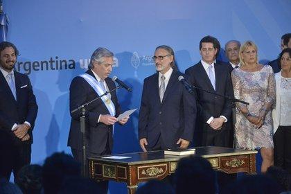 El ministro de Agricultura, Luis Basterra (Gustavo Gavotti)